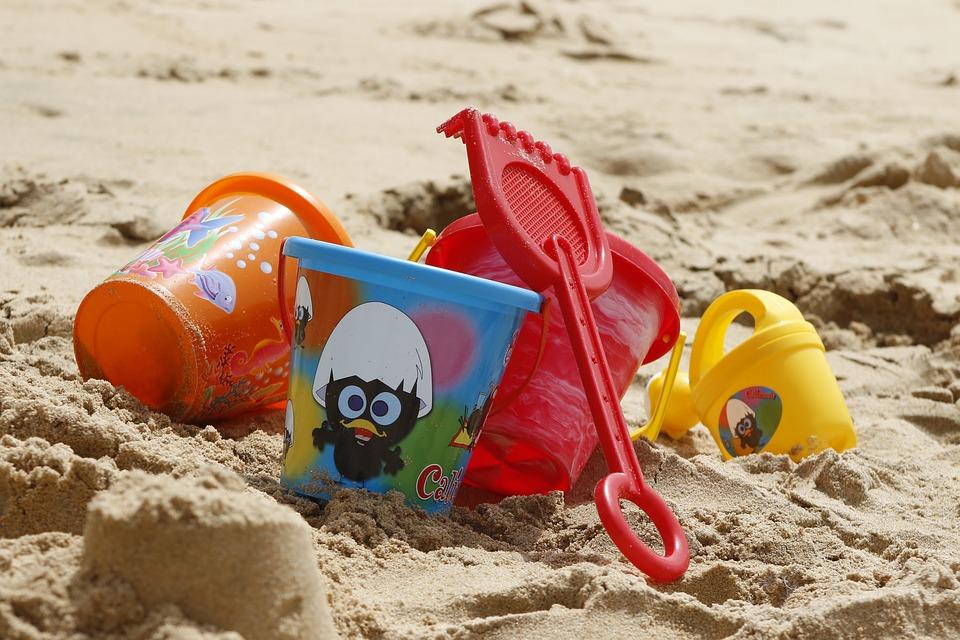 jouets dans le sable